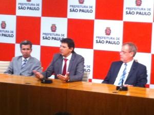 Haddad dá entrevista ao lado dos secretário de relações governamentais, João Antônio, e do meio ambiente, Ricardo Teixeira ,  (Foto: Roney Domingos/ G1 )