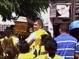 """Servidores fizeram """"sepultamento da saúde"""" (Foto: TV Diário/Reprodução)"""