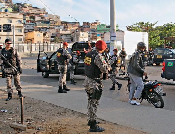 Policiais fazem megaoperação na Maré (bope, choque, federal e força nacional) (Foto: Reginaldo Pimenta/Raw Image / Agência O Globo)
