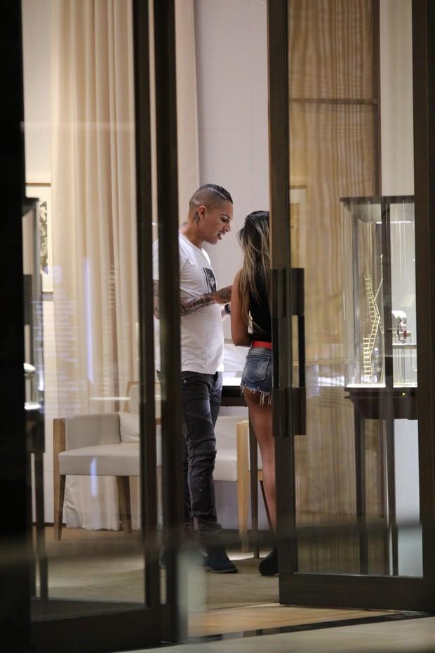 Paolo Guerrero leva a namorada em uma joalheria  (Foto: Fábio Moreno / AgNews)