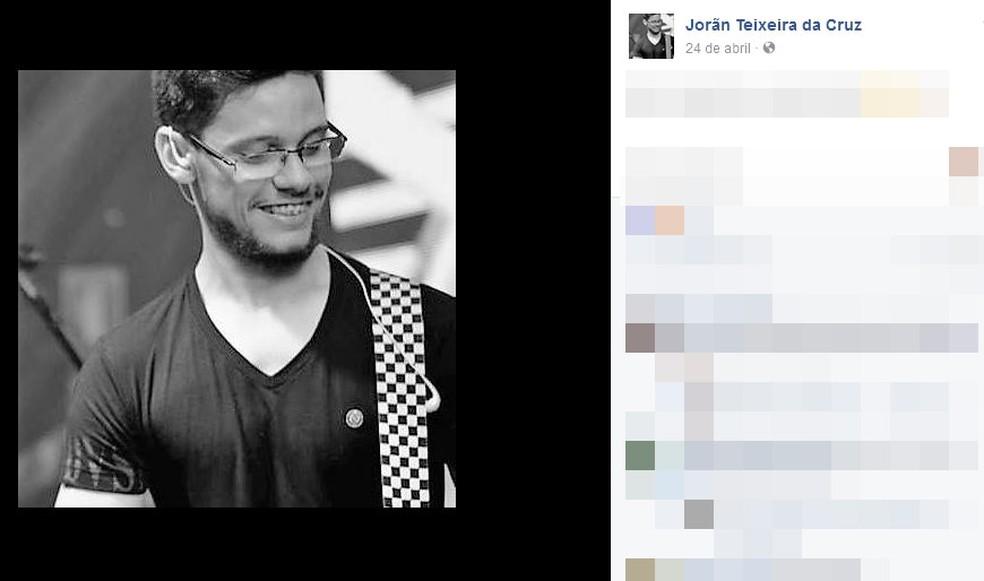 Guitarrista da banda de Robson Souza morreu no acidente com ônibus (Foto: Reprodução/Facebook)