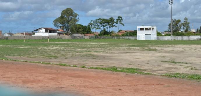Em algumas partes o campo tem falhas no gramado (Foto: Jota Rufino/GloboEsporte.com)