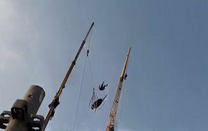 De 0 a 200 km/h em um segundo: estilingue gigante arremessa base jumpers a mais de 90 metros de altura