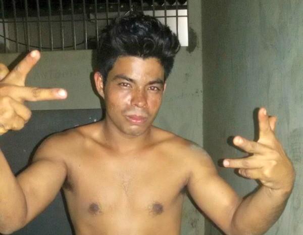 Pereira fez pose para foto e comemorou o crime em delegacia no Acre  (Foto: Divulgação)