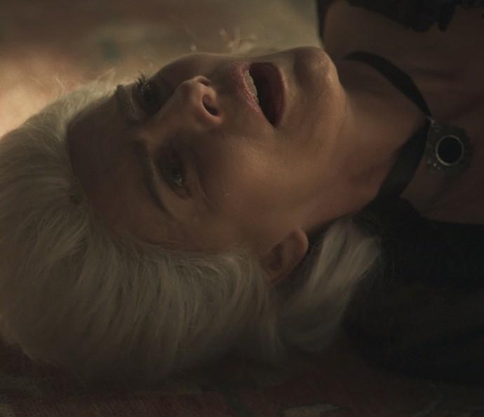 A irmã de Raposo chora nos braços de Saviano (Foto: TV Globo)