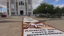 Fiéis montam tapete de Corpus Christi  (Paulo Ricardo Sobral/ TV Grande Rio)