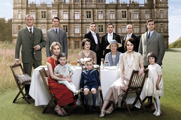 O elenco da temporada de Downton Abbey com Michelle Dockery, de branco (Foto: Divulgação)