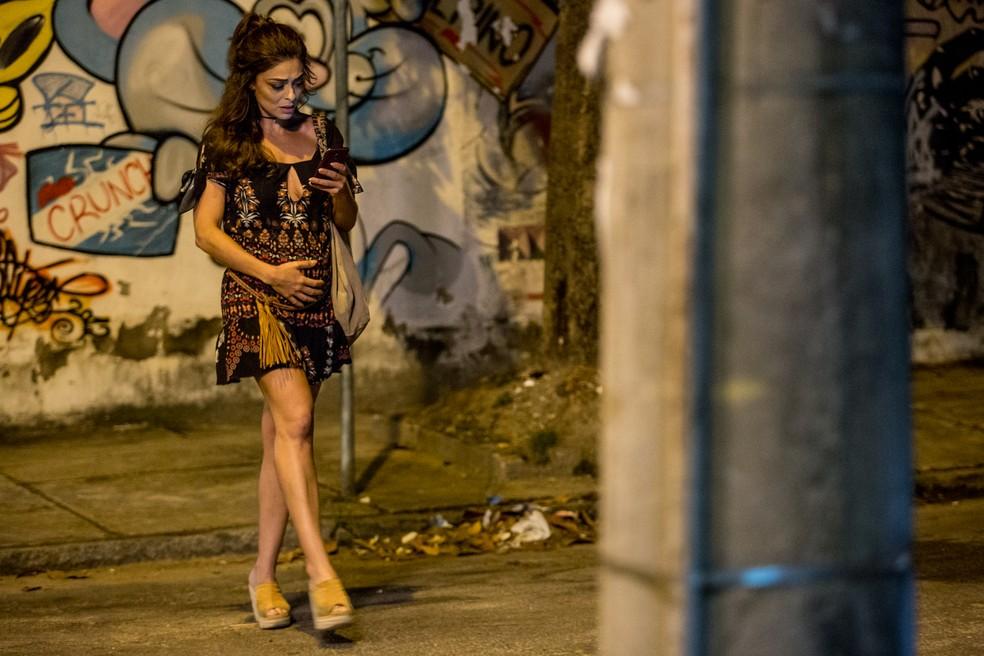 Bibi usa barriga falsa para esconder dinheiro (Foto: Fábio Rocha/Gshow)
