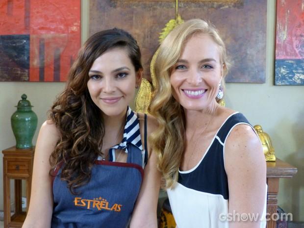 Angélica e Tainá posam para foto (Foto: Estrelas/TV Globo)