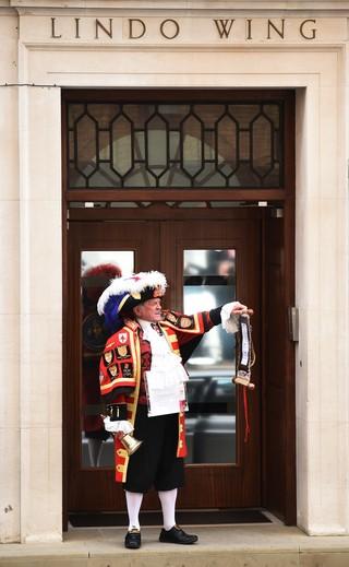 Tony Appleton, fã da família real, anuncia nascimento vestido a caráter (Foto: AFP)