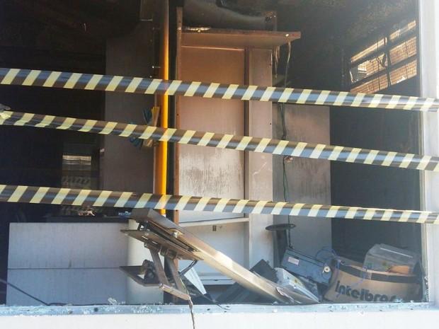 Fogo teria começado quando criminosos usaram maçarico para arrombar caixa eletrônico (Foto: Maurício Cattani/RBS TV)