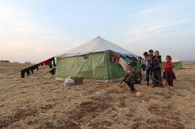 Para fugir dos bombardeios, sírios deixaram casas e dormem em tendas na região de Aleppo, na Síria (Foto: Ammar Abdullah/ Reuters)