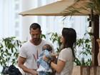 Malvino Salvador e Kyra Gracie vão com a filha a shopping no Rio