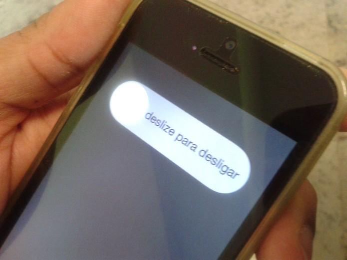 Reiniciando o iPhone para resolver problemas de conexão do WhatsApp (Foto: Reprodução/Marvin Costa)