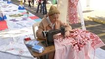Bordadeira leva máquina de costura para rua (Reprodução / TV TEM)