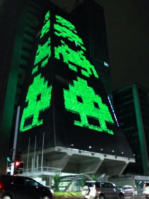 Obra baseada em 'Space Invaders' é apresentada na fachada do prédio da Fiesp, na Av. Paulista (Foto: Divulgação/SESI-SP)