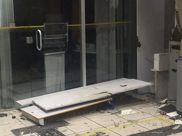 Explosão a caixas eletrônicos em agência do BB de Saloá, no Agreste de Pernambuco (Foto: Divulgação/ Polícia Militar)