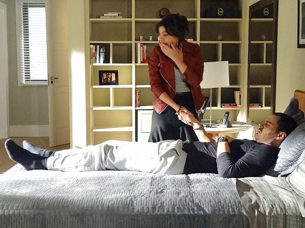 Miriam fica emocionada ao ver Fernando mexer os pés (Foto: Amor Eterno Amor/TV Globo)