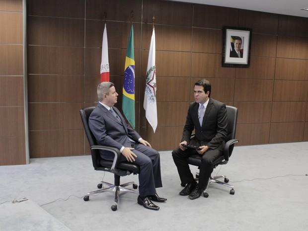 Antonio Anastasia conversou com o jornalista Délio Pinheiro no palácio Tiradentes. (Foto: Valdivan Veloso / G1)