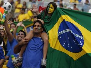 Torcida no jogo Brasil e Inglaterra na reabertura do Maracanã (Foto: Pilar Olivares/ Reuters)
