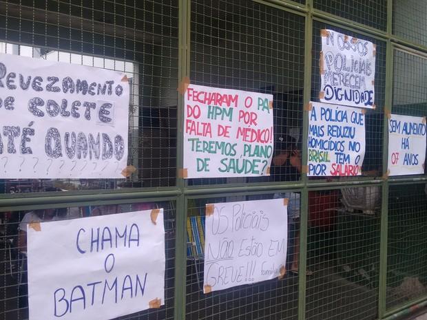 Manifestantes colocam cartazes em batalhão de trânsito (Foto: Morilaky Jakson / VC no ESTV)