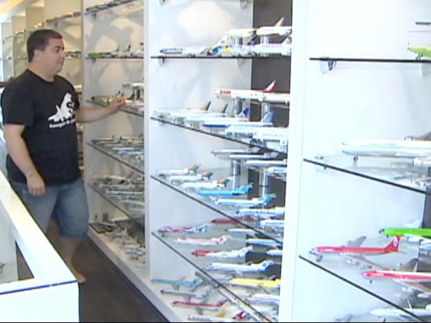 Advogado observa a coleção de 1.752 miniaturas de aeronaves, em Taubaté (SP). (Foto: Reprodução/TV Vanguarda)