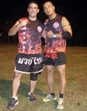 Magno, quase 30 quilos à menos, com o professor de muay thai, Karol Machado (Foto: Imagem/Divulgação)