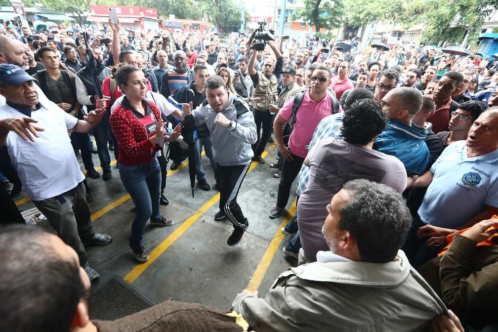 Manifestantes fazem um bloqueio à estação Araribóia das barcas, em Niterói, na Região Metropolitana do Rio de Janeiro, nesta sexta-feira, 28, dia de greve geral. Um cordão humano impediu tanto que passageiros quanto funcionários do sistema de barcas acessassem o local. (Foto: Fábio Motta/Estadão Conteúdo)