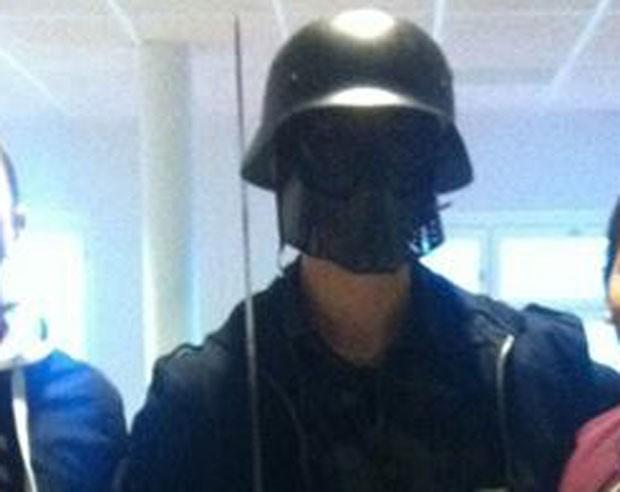 Suspeito mascarado aparece em foto tirada por alunos antes de ele começar a atacar pessoas na escola de Trollhattan (Foto: AFP)