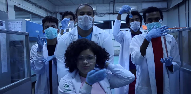 Cena do clipe da pesquisadora Natália Oliveira (Foto: Reprodução/YouTube)