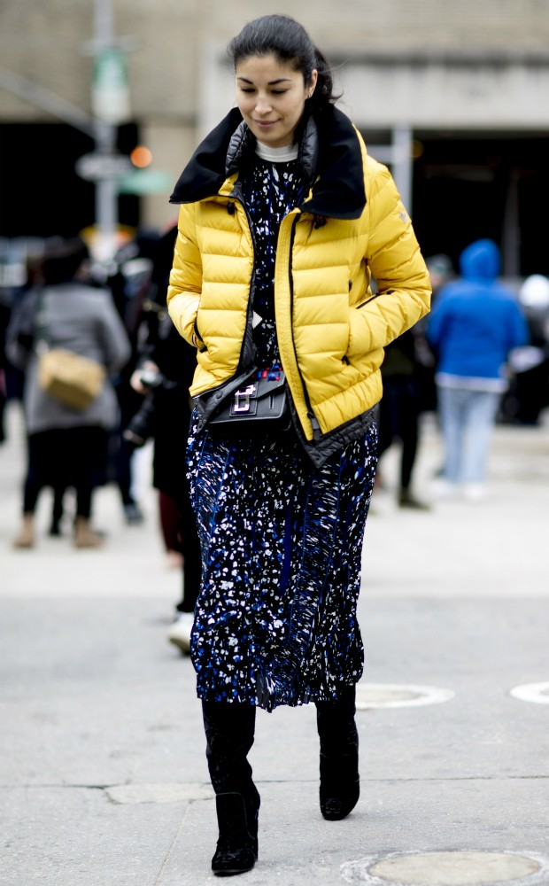 Condense duas tendências em uma: jaqueta puffer e amarelo primrose (Foto: Imaxtree)