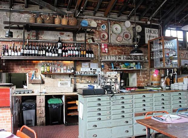 Cantina LX: mobiliário industrial e forno a lenha (Foto: Cláudia Pixu)