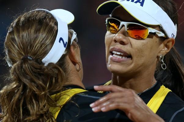 Juliana e Larissa foram bem no primeiro set, mas sofreram nos últimos dois (Foto: Petr David Josek/AP)