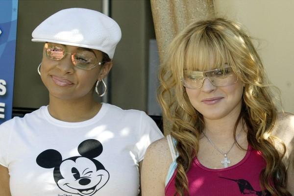 Lindsay Lohan e Raven-Symoné têm mais em comum do que o fato de terem sido atrizes mirins. Elas moraram juntas por um tempo, apesar de Raven revelar que Lindsay nunca estava em casa (Foto: Getty Images)
