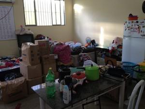 Casa improvisada dentro de uma das salas em uma escola do Bairro Pedrinhas. Morador diz que começou a encaixotar mudança mas não quer morar em uma barraca. (Foto: Suzi Rocha/G1)