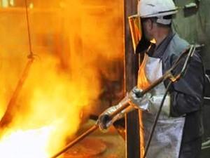 Operário trabalha em forno de ferro-gusa (Foto: Sindifer/Divulgação)