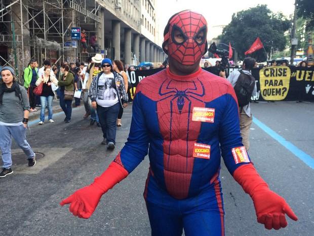 Homem se fantasiou de Homem-Aranha no protesto pela educação (Foto: Cristina Boeckel/G1)