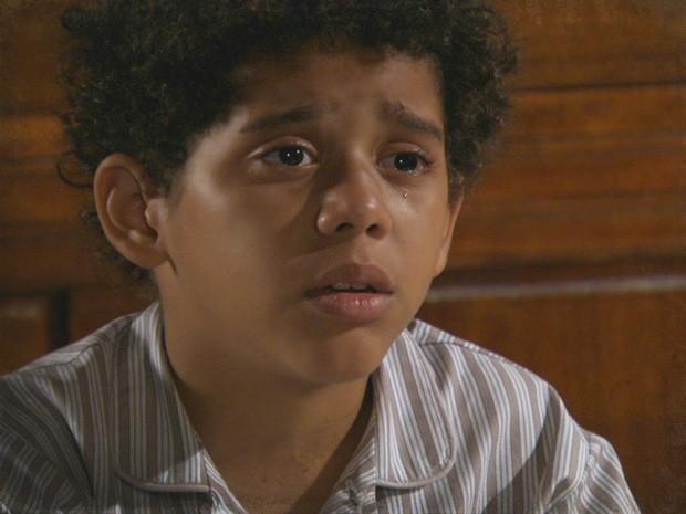 Elias não acredita que a avó seja uma má pessoa (Foto: Lado a Lado / TV Globo)