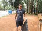 Ex-BBB Jonas cata lixo no Parque  Ibirapuera, em São Paulo