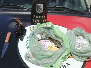 No ponto de venda de drogas polícia apreendeu drogas e armas (Foto: Walter Paparazzo/G1)
