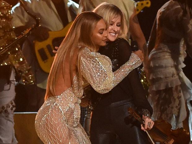 Beyoncé se apresenta com o trio Dixie Chicks em prêmio de música country em Nashville, no Tennessee, nos Estados Unidos (Foto: Rick Diamond/ Getty Images/ AFP)