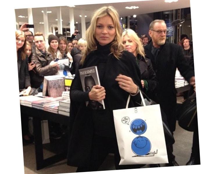 Mais um clique de Kate com sua autobiografia (Foto: Reprodução/Instagram)
