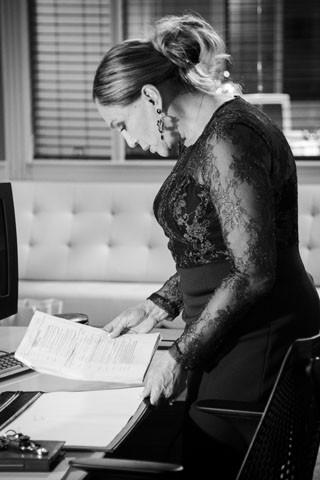 Susana Vieira estuda o texto de sua personagem antes de gravar cena (Foto: Raphael Dias/TV Globo)