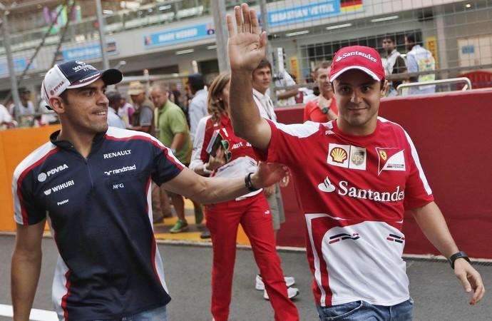 Felipe Massa e Pastor Maldonado no paddock do Circuito Internacional de Buddh, palco do GP da Índia (Foto: Reuters)