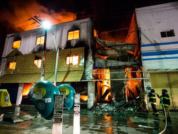 Chamas destruíram loja no centro de Maceió (Foto: Jonathan Lins/G1)