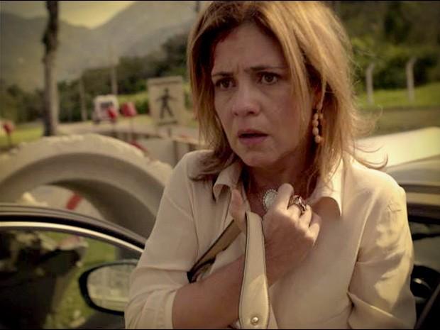 Abalada, Carminha bate o carro (Foto: Avenida Brasil/TV Globo)