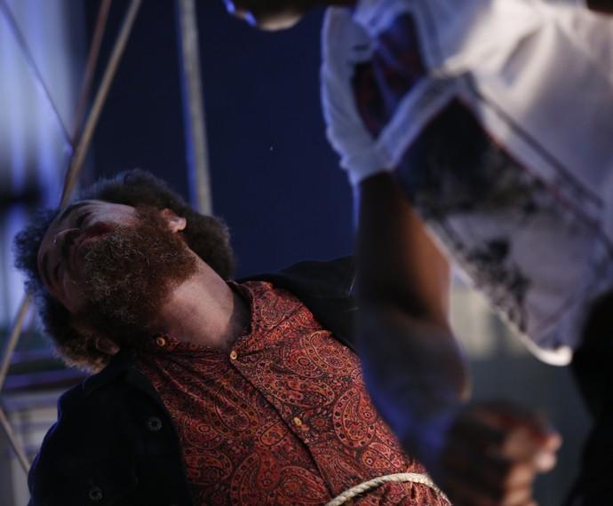 Paturi é agredido pelos membros da facção antes de morrer (Foto: Ellen Soares/ Gshow)