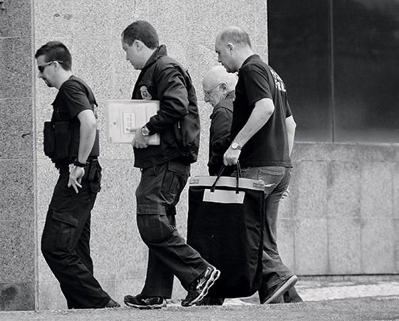 GUIA Agentes da PF levam para a prisão diretor da Odebrecht. Delação ajuda a buscar provas dos esquemas de corrupção  (Foto: Rafael Arbex/Estadão Conteúdo)