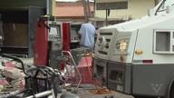 Quadrilha usa caminhão de lixo para derrubar parede e furtar caixas eletrônicos