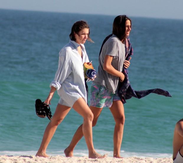 Bruna Linzmeyer e a namorada (Foto: JC Pereira/AgNews)
